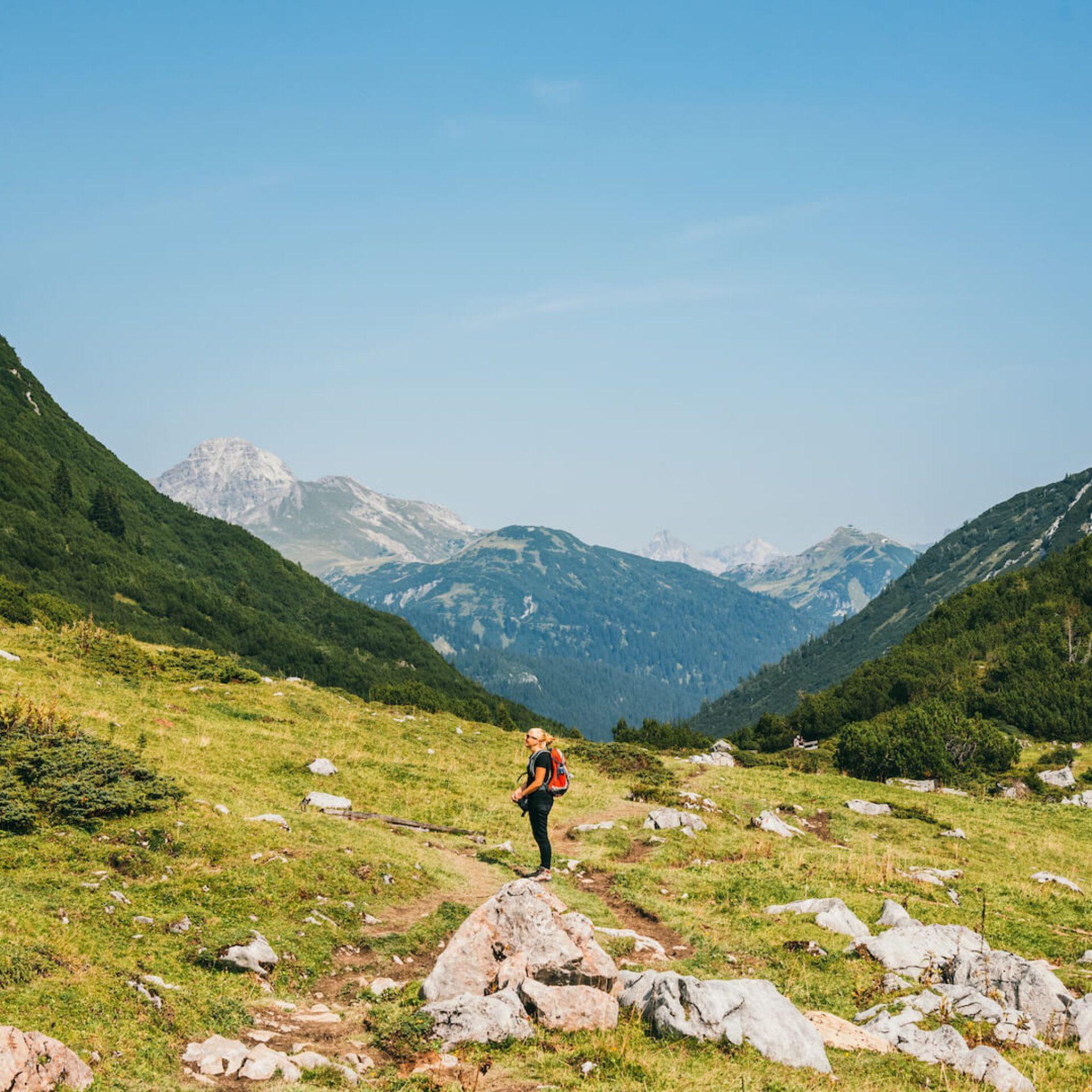 vorarlberg lech zürs lechweg erste-etappe wandern frau berge tal