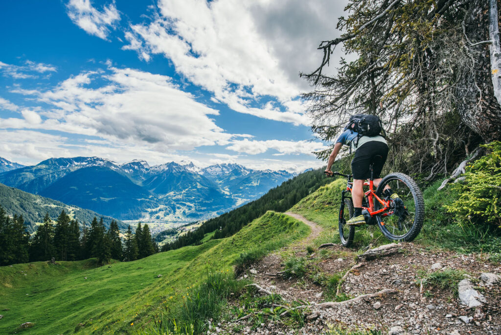 vorarlberg montafon itonskopf mountainbike single-trail berge mann e-bike wolken