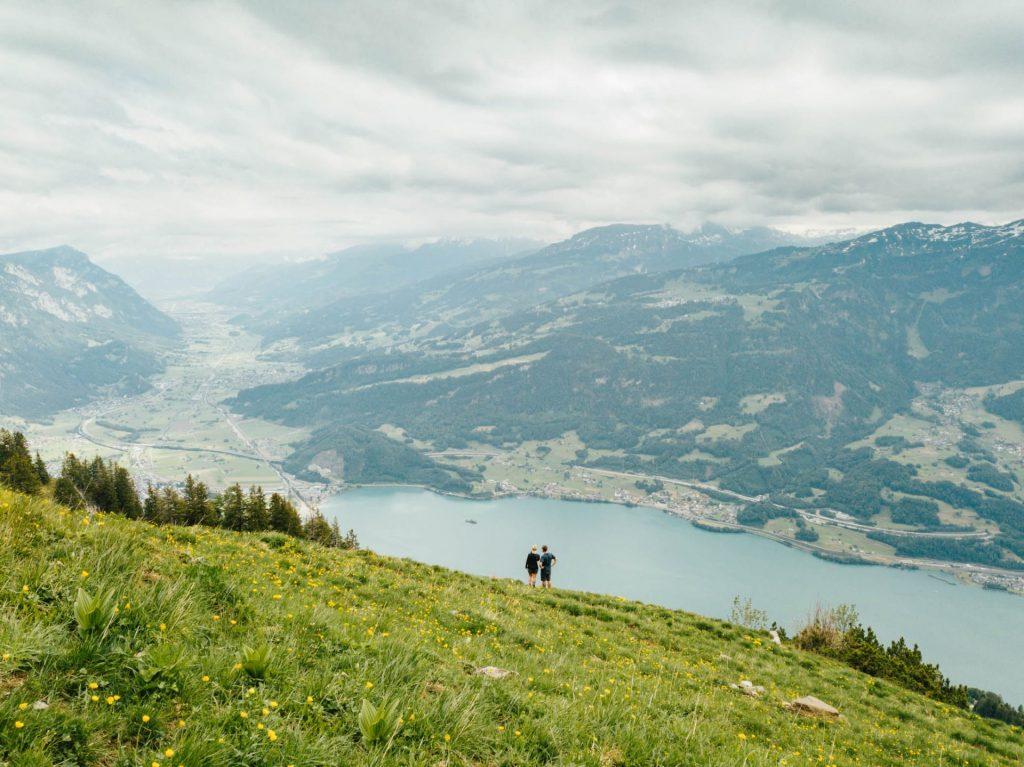 schweiz heidiland walensee wandern mann walenstadt tschingla berge wolken tal frau