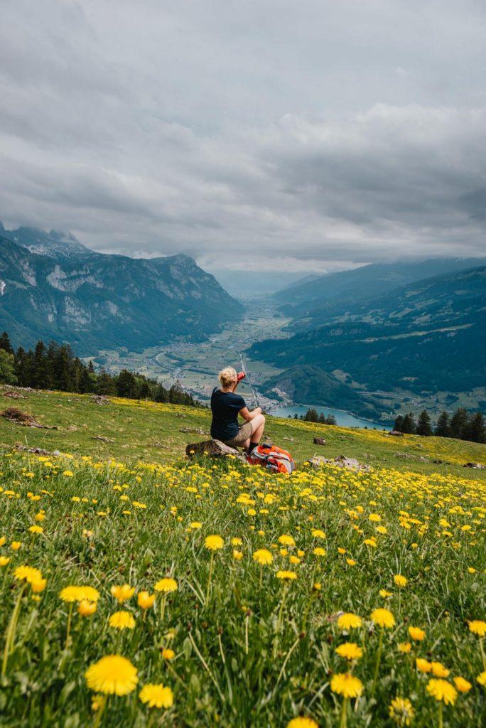 schweiz heidiland walensee wandern see walenstadt tschingla berge wolken tal blume