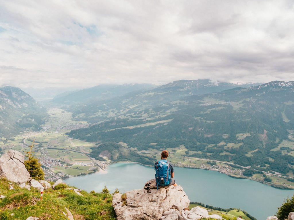schweiz heidiland walensee wandern see walenstadt tschingla berge wolken tal blume mann