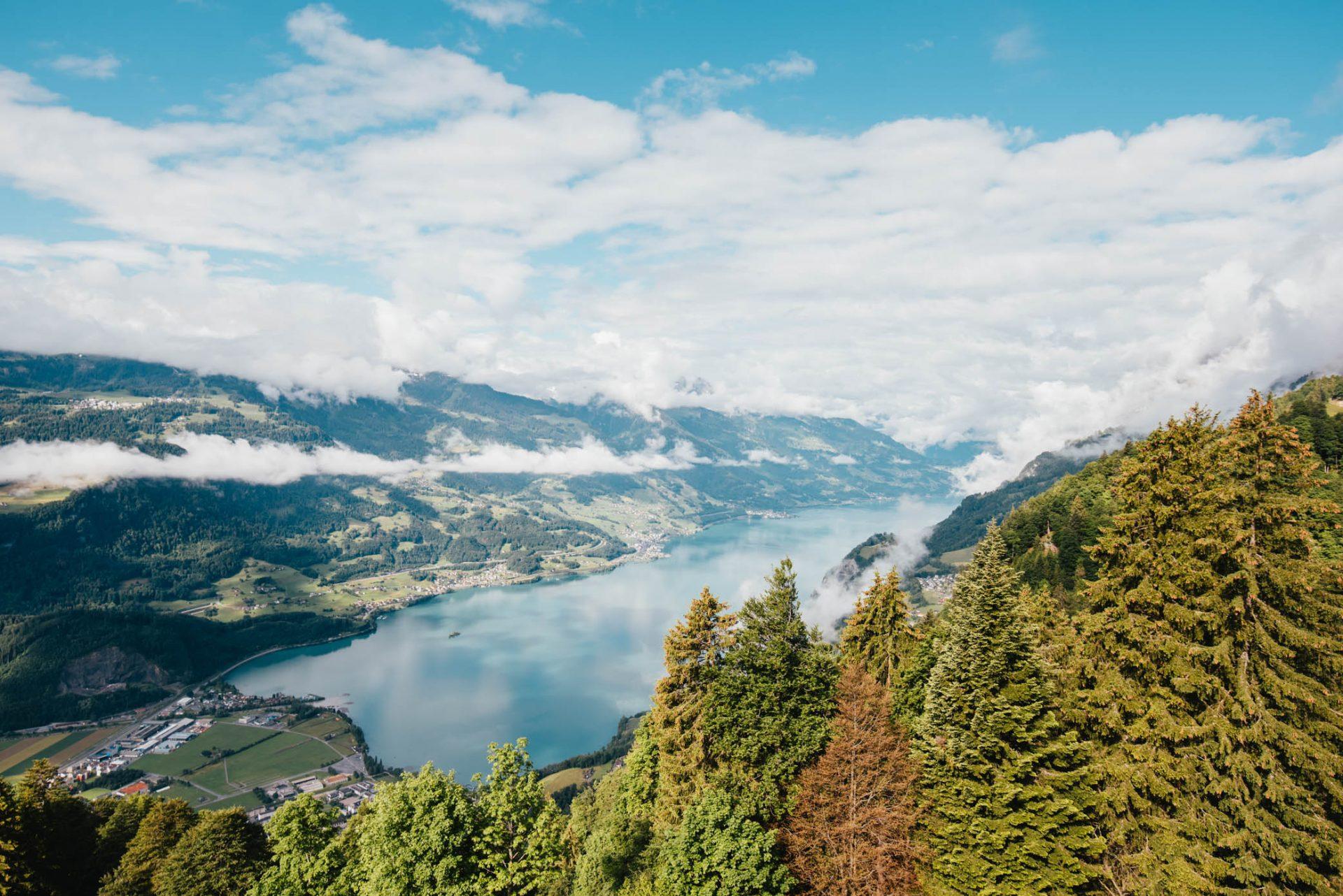schweiz heidiland walensee wandern see walenstadt tschingla berge wolken tal bäume