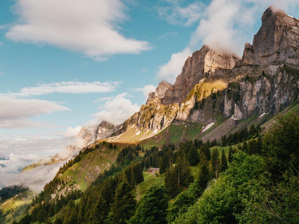 schweiz heidiland walensee walenstadt tschingla wandern berge alm sonne wolken bäume