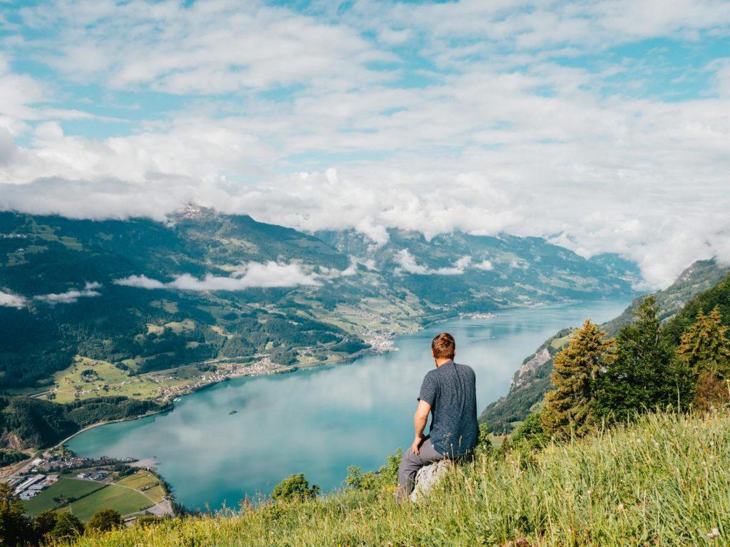 schweiz heidiland walensee walenstadt tschingla wandern berge see mann wolken