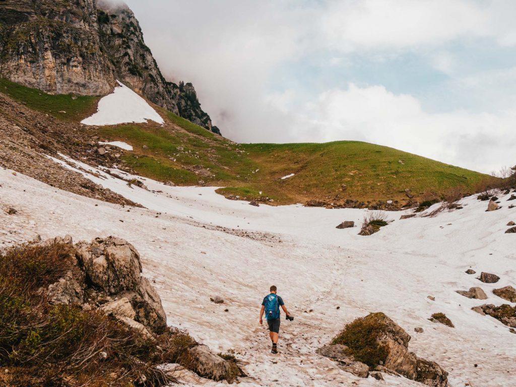 schweiz heidiland walensee walenstadt tschingla wandern berge see mann wolken schnee