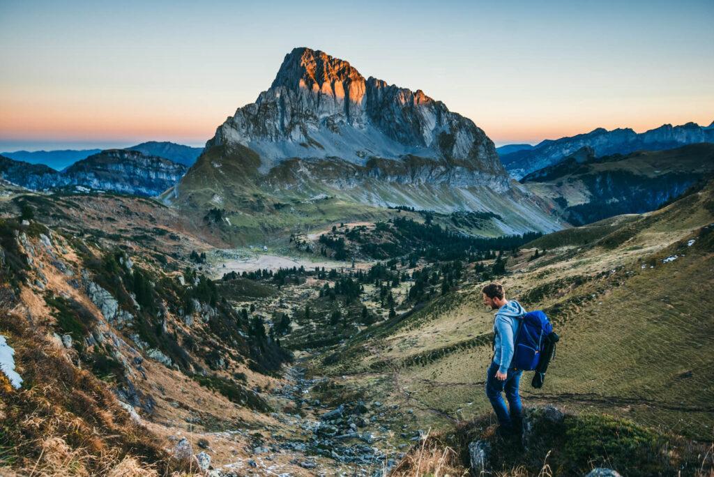 heidiland schweiz herbst mann murgsee berge wandern sonnenaufgang