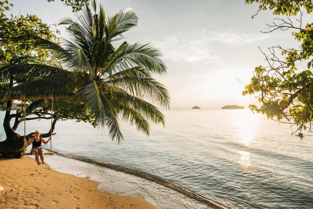 thailand koh-chang roller-tour strand palme frau schaukel sonnenuntergang