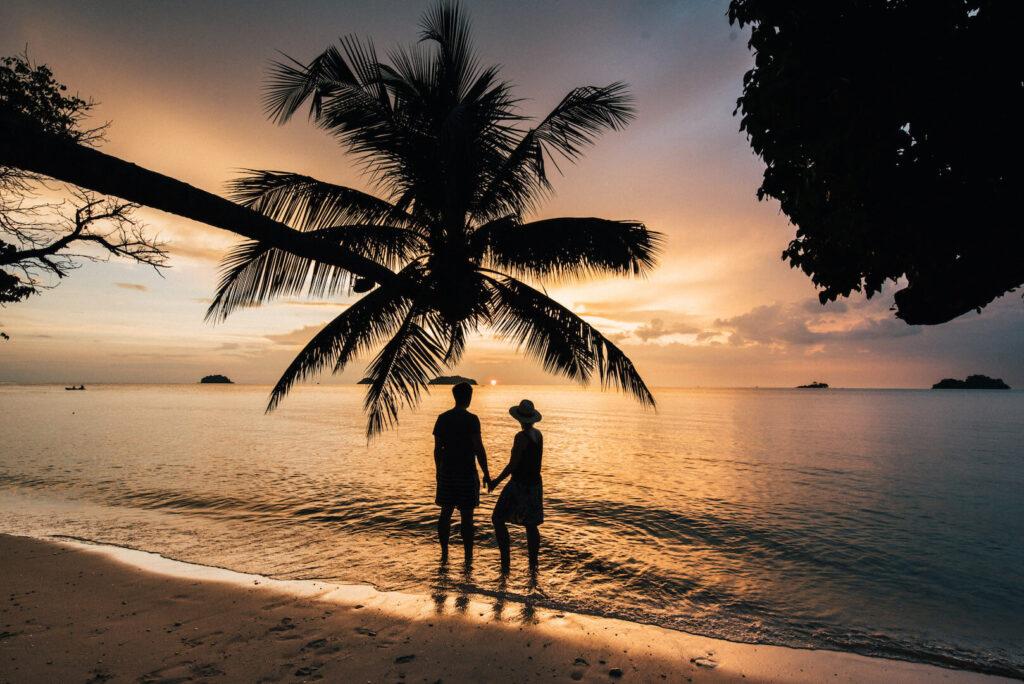 thailand koh-chang roller-tour strand palme frau schaukel sonnenuntergang mann