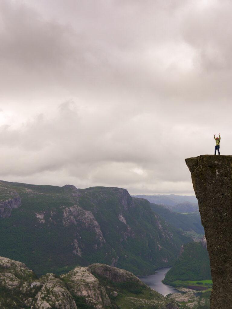 norwegen preikestolen fjord felsen frau