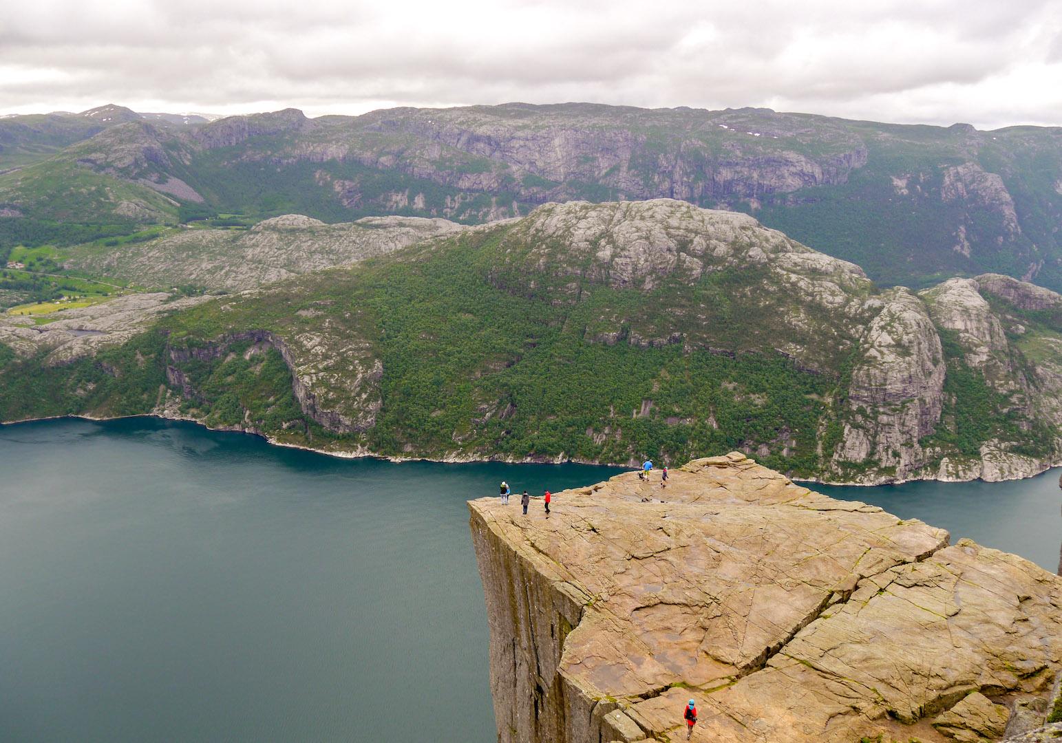 norwegen preikestolen fjord felsen menschen