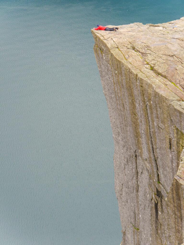 norwegen preikestolen fjord felsen wasser mann