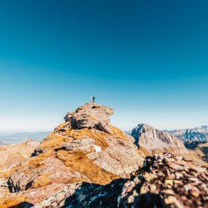 heidiland schweiz herbst schwarzstöckli schnee berge wandern gipfel mann