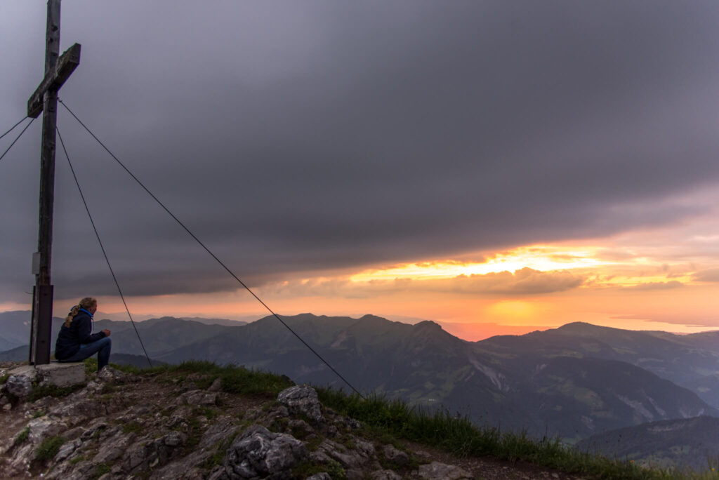 vorarlberg bregenzerwald sonnenuntergang gipfelkreuz wandern frau berg kanisfluh