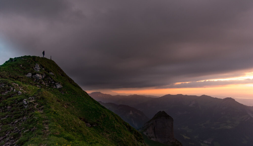 vorarlberg bregenzerwald sonnenuntergang gipgel wandern frau berg kanisfluh