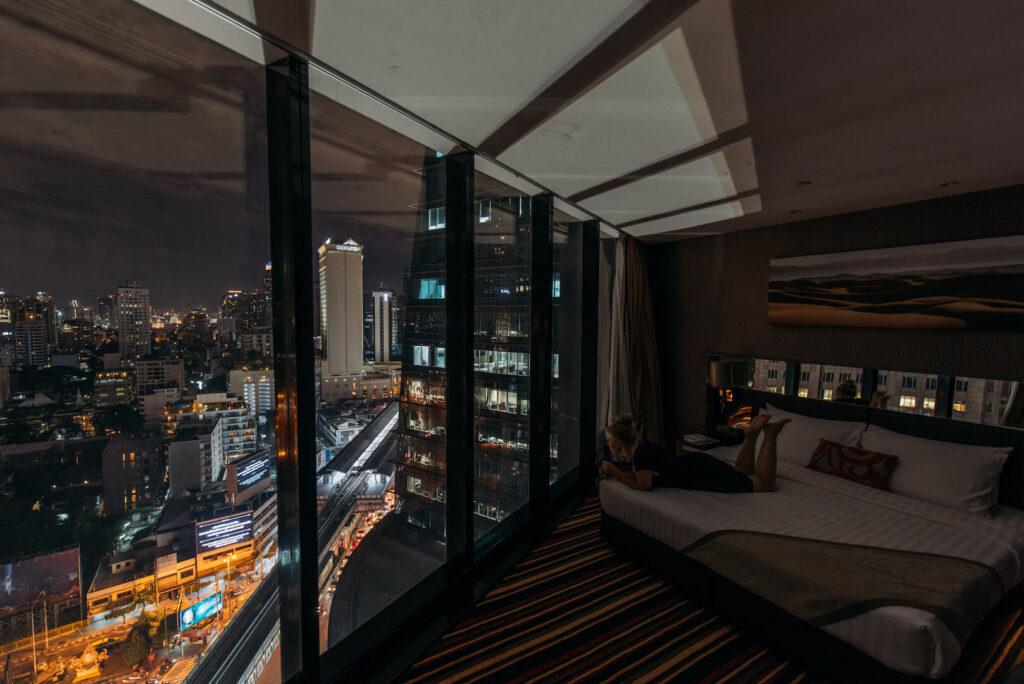 thailand bangkok the-continental hotel frau bett nacht
