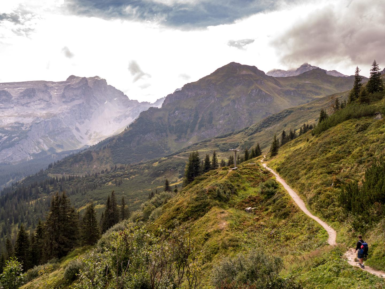 vorarlberg berge montafon alpkultourweg wandern man