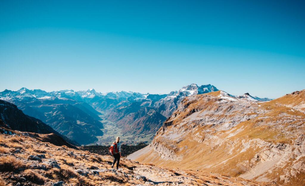 heidiland schweiz herbst schwarzstöckli schnee berge wandern frau tal