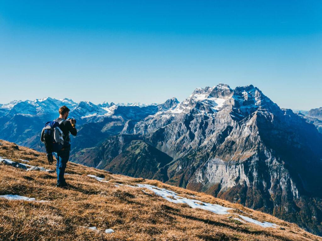 heidiland schweiz herbst schwarzstöckli schnee berge wandern mann tal