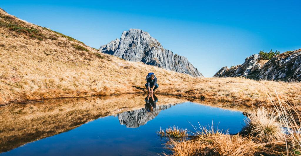 heidiland schweiz herbst schwarzstöckli wasser berge wandern mann