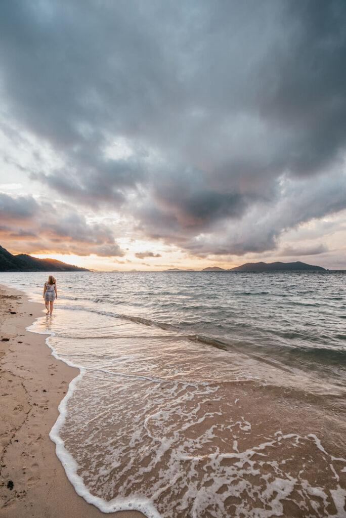 thailand koh-chang insel strand frau sonnenaufgang wolken