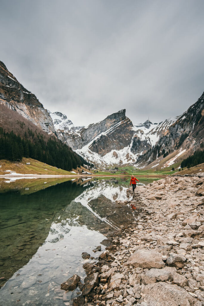 schweiz appenzeller-land seealpsee see berge schnee frau