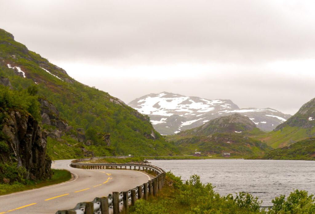 norwegen wasserfall bäume wasser berg felsen straße schnee