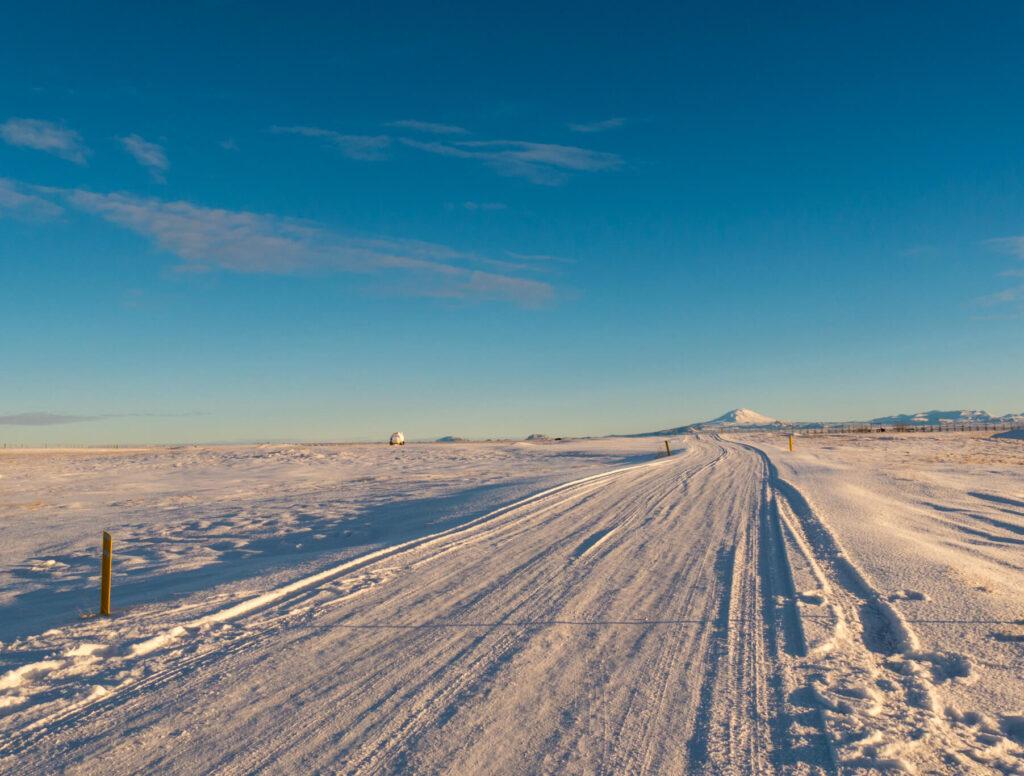 island goldener-ring schnee blau himmel straße berge