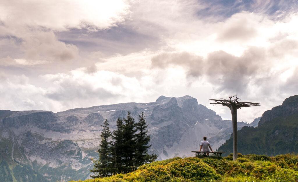 vorarlberg berge montafon alpkultourweg wandern man wolken