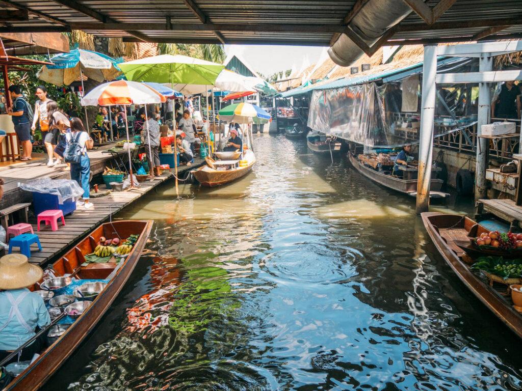 vthailand taling-chan schwimmender-markt bangkok wasser boot essen