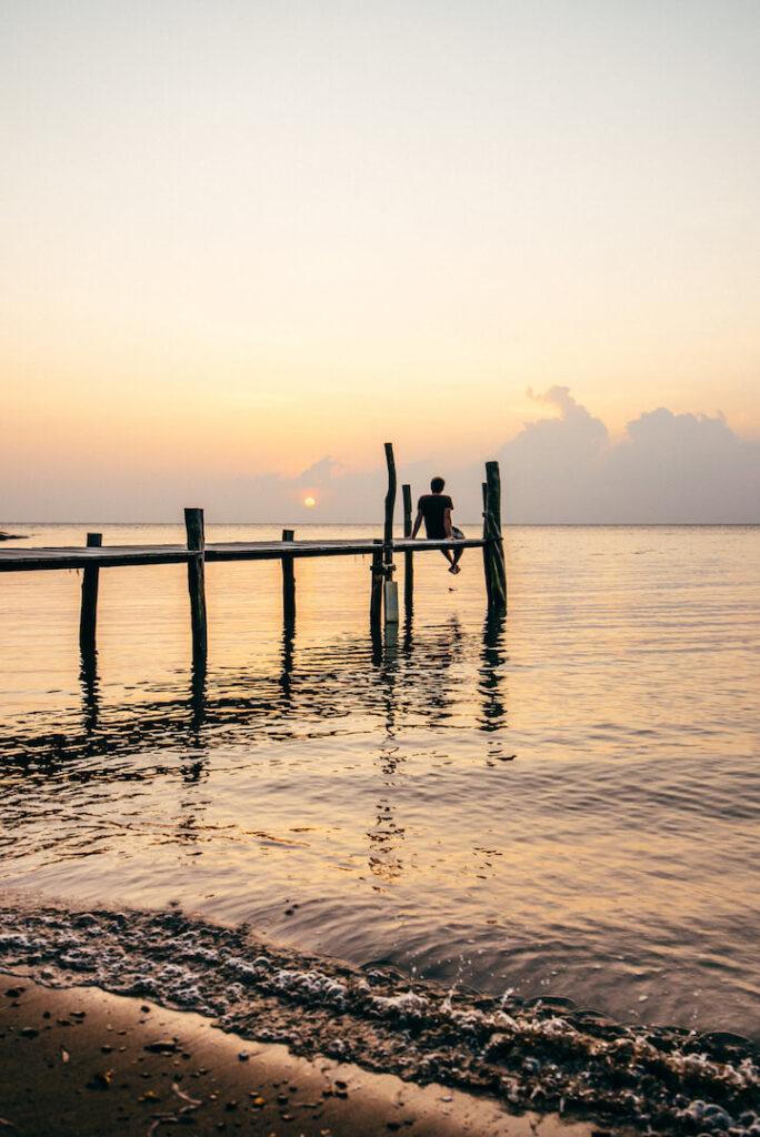 thailand koh-mak strand palme meer urlaub steg sonnenuntergang mann
