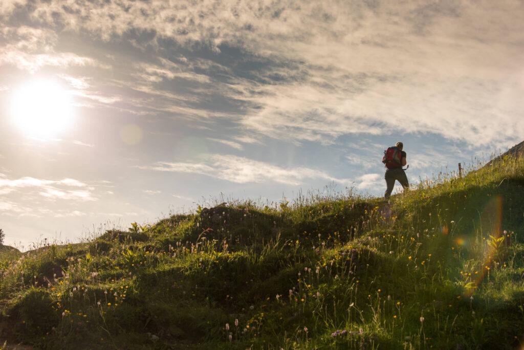 vorarlberg bregenzerwald kanisfluh wandern berg sonne frau