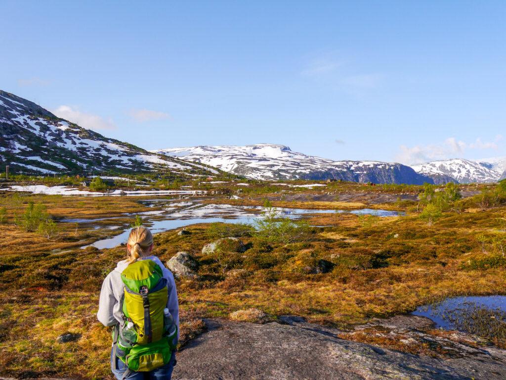 norwegen frau berg himmel schnee wandern