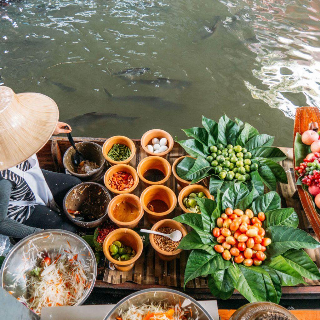 thailand taling-chan schwimmender-markt bangkok wasser boot essen frau