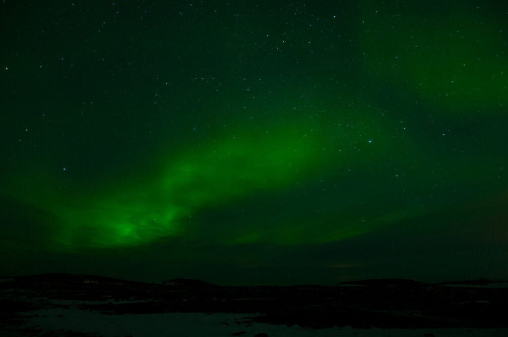 dark green northern-lights night iceland