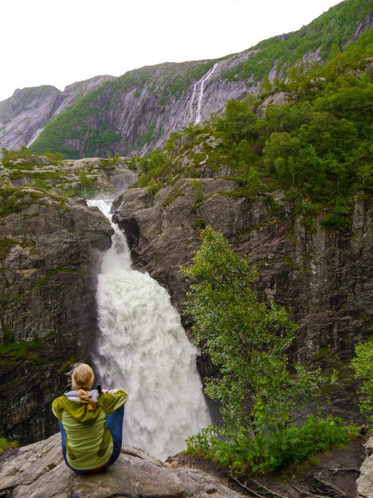 norwegen wasserfall bäume wasser berg felsen frau