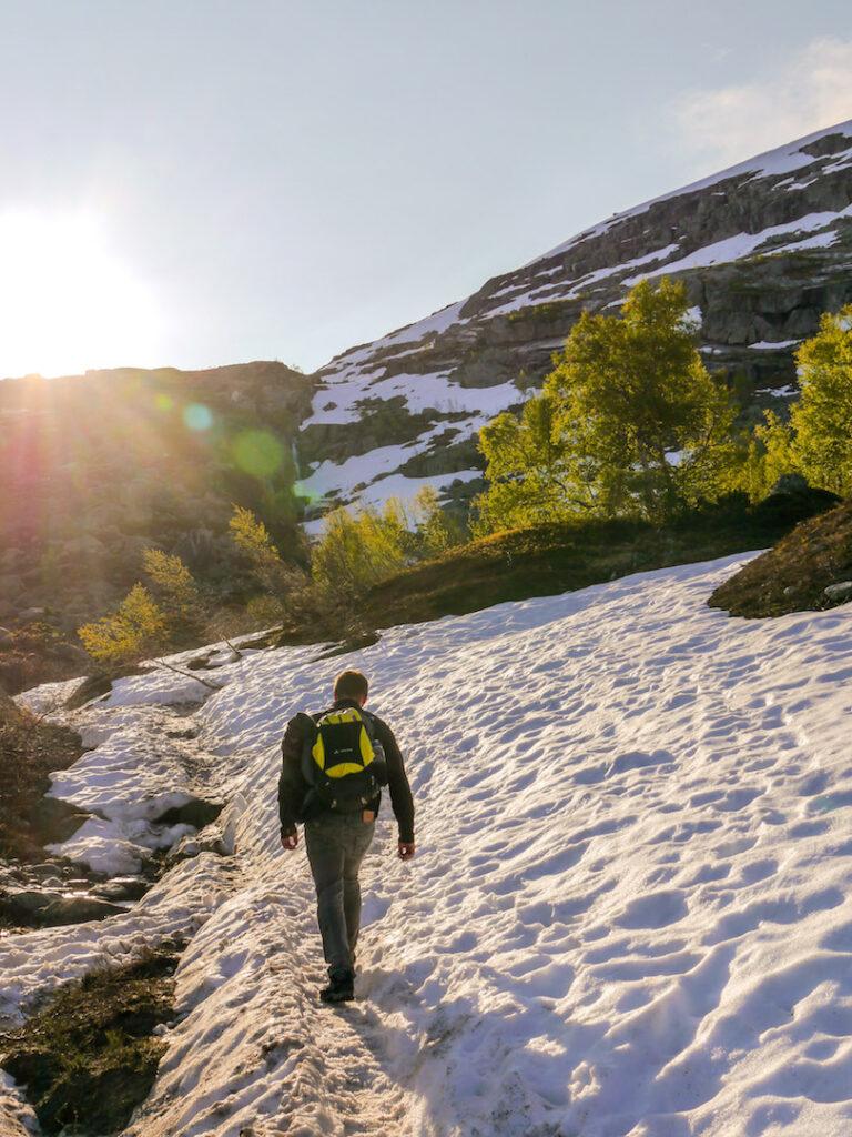 norwegen mann wandern sonne berg himmel schnee