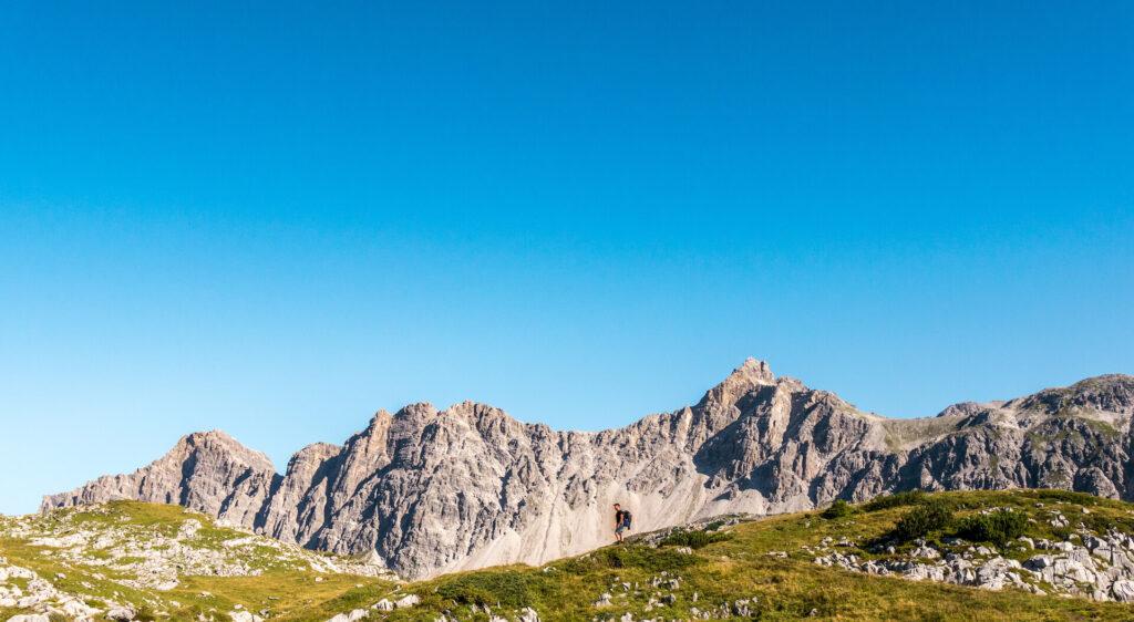vorarlberg berge grosses-walsertal man wandern blauer-himmel