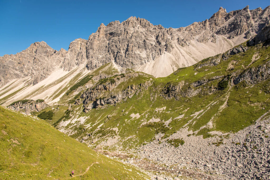 vorarlberg berge grosses-walsertal frau wandern blauer-himmel