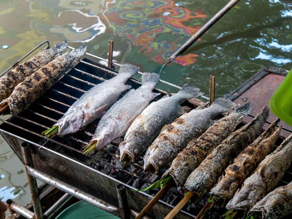 thailand taling-chan schwimmender-markt bangkok fisch essen