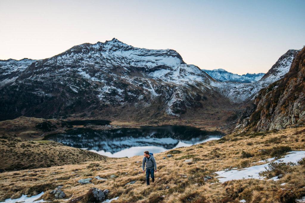 heidiland schweiz herbst murgsee berge wandern murgseehütte mann schnee