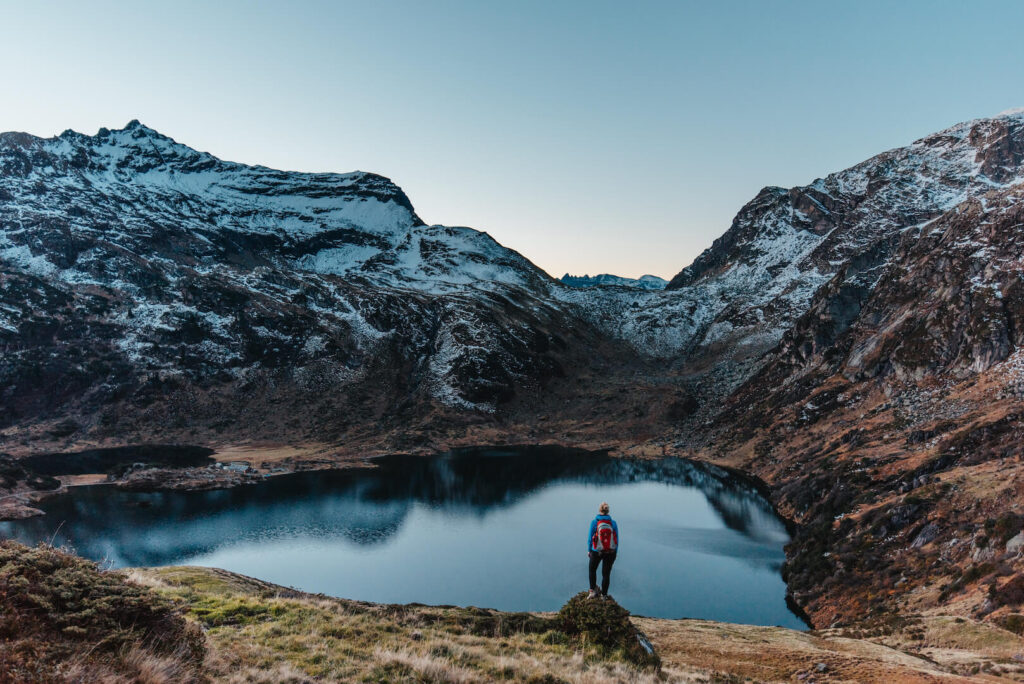 heidiland schweiz herbst murgsee berge wandern murgseehütte frau schnee