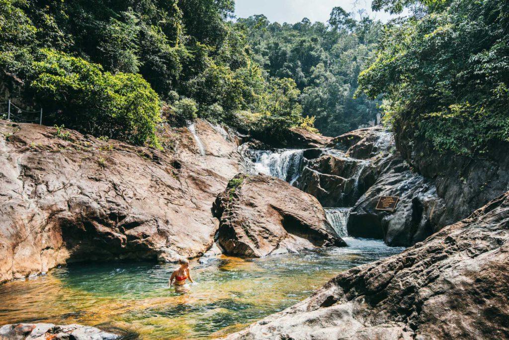 thailand koh-chang insel roller-tour dschungel wasserfall wasser frau