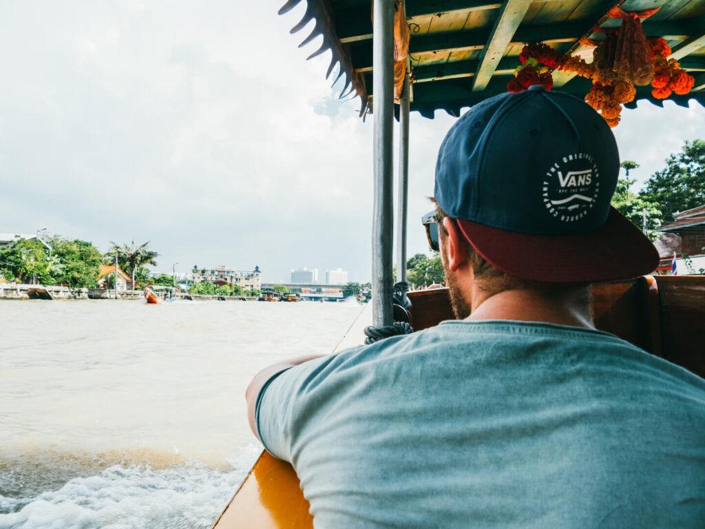 thailand taling-chan schwimmender-markt bangkok boot mann wasser