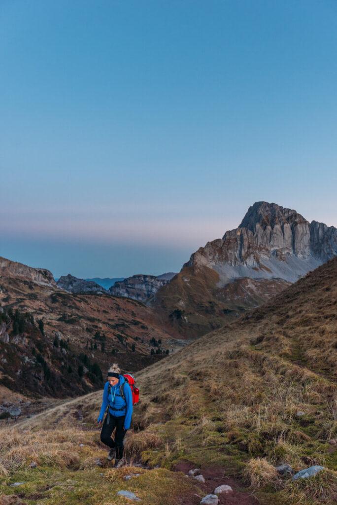 heidiland schweiz herbst murgsee berge wandern murgseehütte frau sonnenaufgang