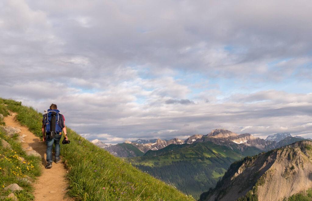 vorarlberg bregenzerwald mann wandern berg alm kanisfluh