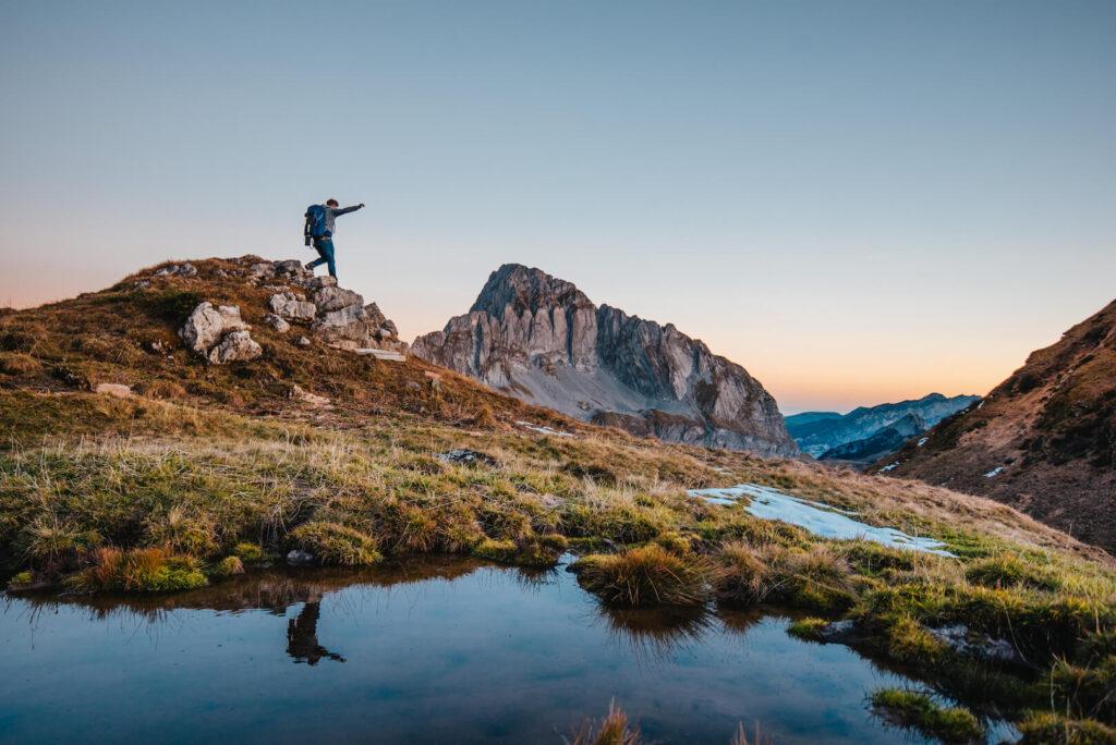 heidiland schweiz herbst murgsee berge wandern murgseehütte mann sonnenaufgang