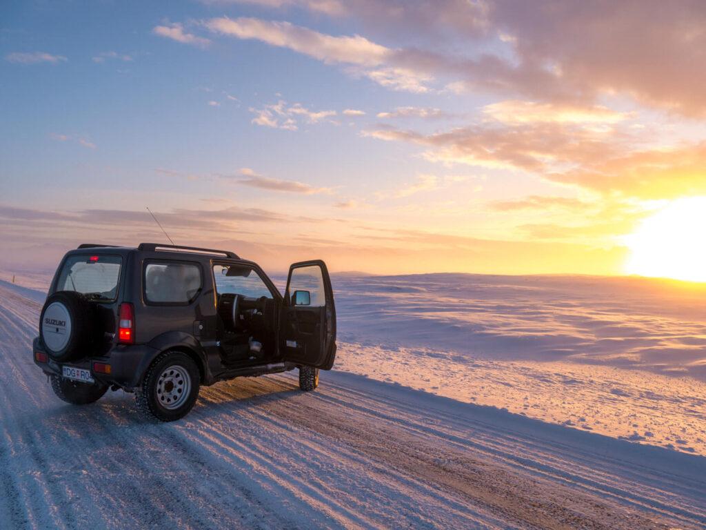 island goldener-ring schnee sonne auto straße