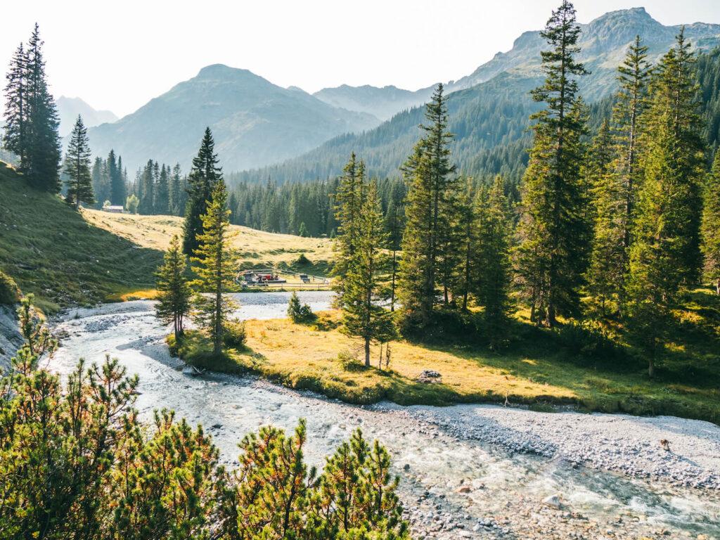 vorarlberg lech zürs lechweg erste-etappe wandern wasser bäume berge
