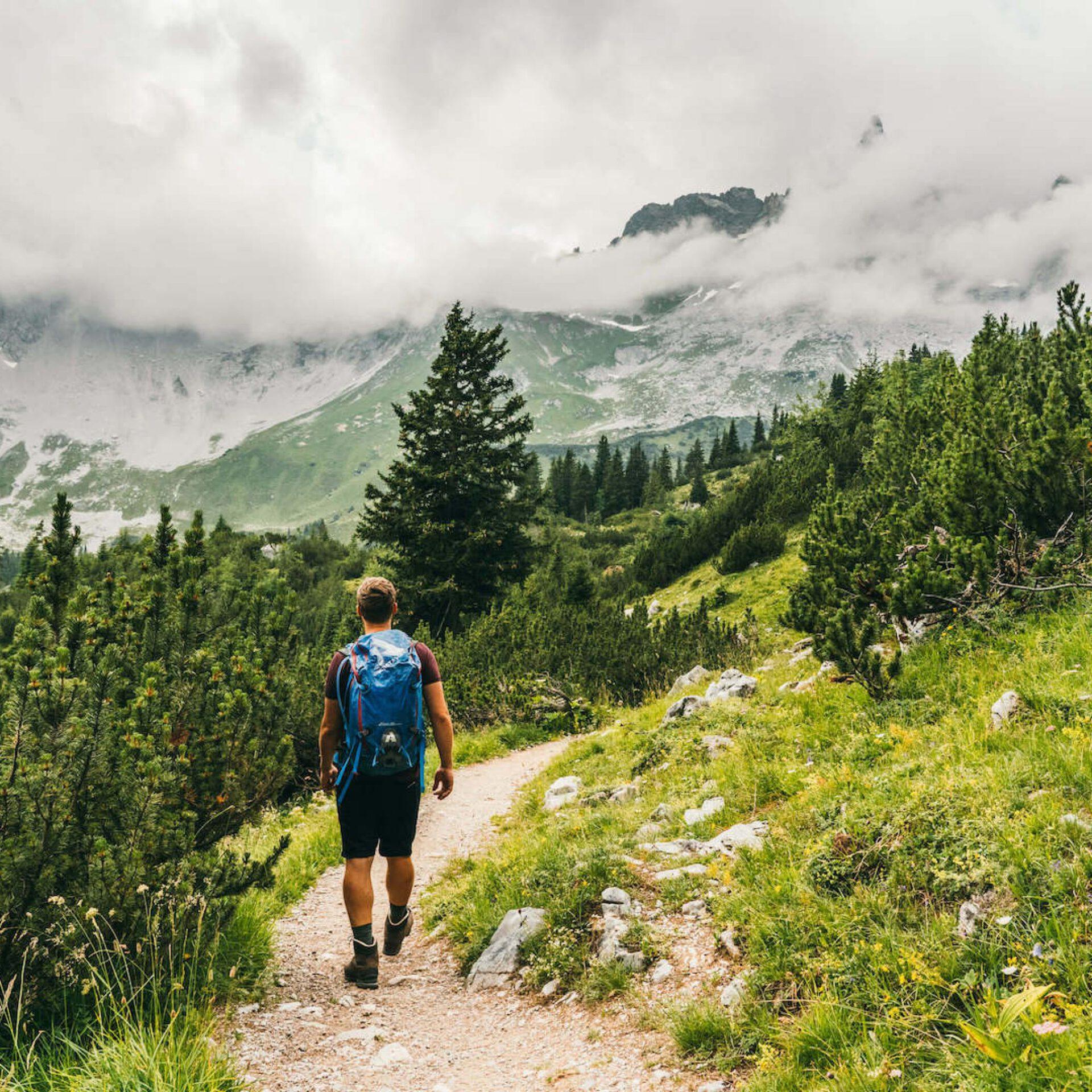 vorarlberg montafon gauertaler-alpkultourweg lindauer-hütte mann gauertal wandern