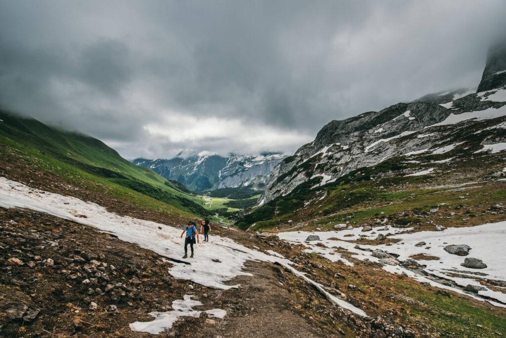 vorarlberg wandern lindauer hütte schweizer-tor wolken montafon wolken frau berge